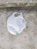 Alguns sacos de pl?stico podem ser reciclados mas os povos ainda sairam no assoalho foto de stock royalty free