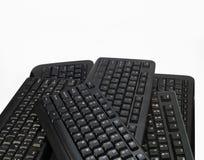 Alguns teclados de computador pretos Teclados para o PC imagens de stock