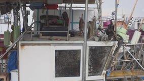Alguns vesselis velhos da pesca com redes de tração estacionaram perto do cais filme