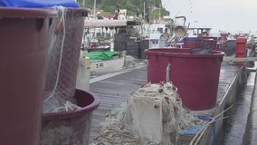 Alguns vesselis velhos da pesca com redes de tração estacionaram perto do cais vídeos de arquivo