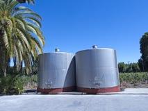 Alguns wine os tanques de fermentação metálicos Foto de Stock Royalty Free