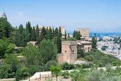 Alhambra μεταξύ των δέντρων Στοκ Φωτογραφίες