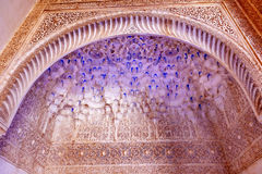Alhambra μπλε άσπρα μαυριτανικά σχέδια Γρανάδα τοίχων αψίδων προαυλίων Στοκ φωτογραφία με δικαίωμα ελεύθερης χρήσης