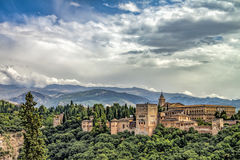 Alhambra - νεφελώδης ουρανός και φως του ήλιου στοκ εικόνα με δικαίωμα ελεύθερης χρήσης