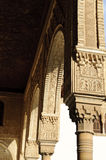 alhambra сгабривает колонки украшенные внутрь Стоковое Фото