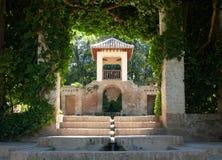 alhambra arkitektur arbeta i trädgården frodig vegetation arkivbild