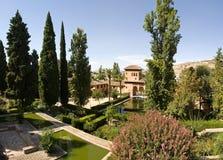 Alhambra com flores imagens de stock royalty free