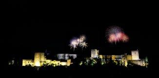Alhambra con los fuegos artificiales fotos de archivo