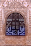 Alhambra Courtyard Moorish Wall Designs fönster Granada Andalusia royaltyfri foto