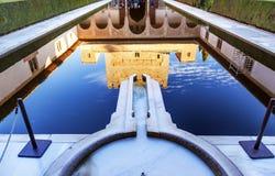 Alhambra Courtyard Myrtles Pool Reflection Granada Spagna immagini stock libere da diritti