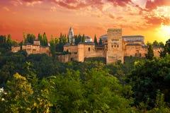 Alhambra de Granada, panoramique au coucher du soleil Photographie stock libre de droits