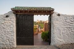 Alhambra die door deuren in Granada wordt gezien Stock Afbeelding