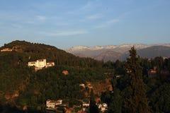 Alhambra durante il tramonto con la sierra Nevada Mountains nei precedenti, Granada, Spagna Fotografia Stock