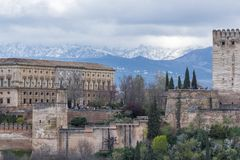 Alhambra e montagne bianche del Nevada fotografia stock libera da diritti