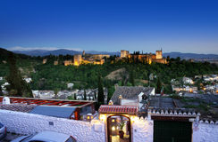 Alhambra a Granada da Albaicin alla notte con le case nella priorità alta. Fotografia Stock Libera da Diritti