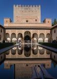Alhambra Granada Spain slottar Nazaries, symmetrisk reflexion i spegeln av vatten royaltyfri fotografi