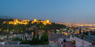 Alhambra in Granada van Albaicin bij schemer Royalty-vrije Stock Foto