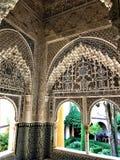 Alhambra i Granada, fönster, båge och trädgård royaltyfri foto
