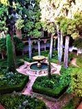 Alhambra i Granada, trädgård, springbrunn och träd royaltyfria foton