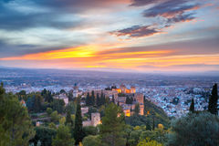Alhambra no por do sol em Granada, a Andaluzia, Espanha Fotos de Stock