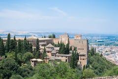 Alhambra och bergen Arkivbilder