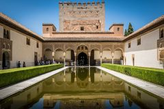 Alhambra Palace-binnenplaatspool in Granada, Andalusia, Spanje stock afbeelding