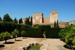 Alhambra Palace castle and garden, Granada. Cistern court featuring Torre Quebrada and Torre del Homenaje castle towers (Broken tower and Tower of Homage) with Stock Image