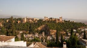 Alhambra paleis met Granada in de voorgrond Stock Foto