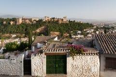 Alhambra paleis met huizen Albaicin in voorgrond Royalty-vrije Stock Afbeelding