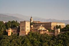 Alhambra paleisdetail met bergen Alpujarra Stock Afbeeldingen