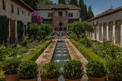 Alhambra slott i trädgårds- Granada, Spanien royaltyfri foto
