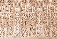 alhambra som snider den detaljgranada väggen Arkivfoton