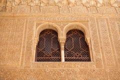 Alhambra vensters die fijn moorish detail tonen Stock Foto's