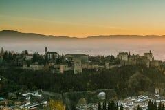 Alhambra von Granada am Abend lizenzfreie stockbilder