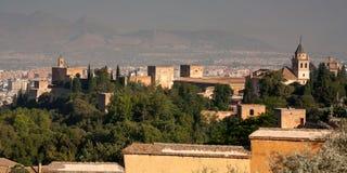 Alhambra vu par derrière le regard à l'extérieur à Grenade Photographie stock libre de droits
