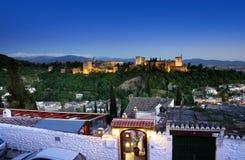 Alhambraen i Granada från Albaicin på natten med hus i förgrunden. Royaltyfri Fotografi