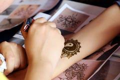 Alheña del dibujo del artista, mehndi indio foto de archivo libre de regalías