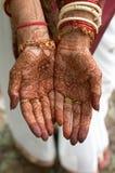 Alheña en las manos de la novia de la India Imagen de archivo libre de regalías