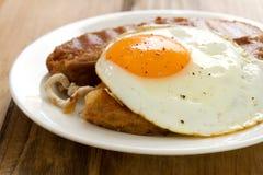 Alheira fritado com ovo imagens de stock