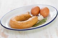 Alheira portoghese della salsiccia con le uova sul piatto bianco Immagini Stock Libere da Diritti