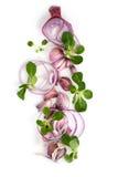 Alho, cebolas vermelhas cortadas do ‹do †do ‹do †e folhas da salada verde em um whit Fotos de Stock