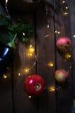 Alho com maçãs em um fundo de madeira Fotos de Stock