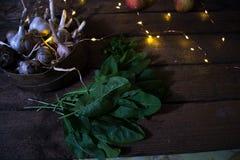 Alho com maçãs em um fundo de madeira Fotografia de Stock