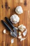 Alho e presser frescos do alho foto de stock