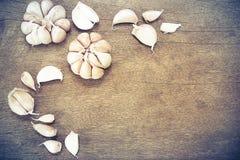 Alho maduros no fundo de madeira do vintage do grunge Fotografia de Stock Royalty Free