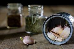 Alho nas madeiras e nas especiarias em uma tabela de madeira Cravos-da-índia de alho na mesa de cozinha Imagens de Stock