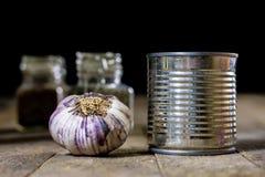 Alho nas madeiras e nas especiarias em uma tabela de madeira Cravos-da-índia de alho na mesa de cozinha Imagem de Stock
