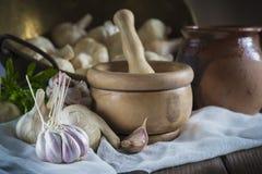 Alho para cozinhar na tabela da cozinha Imagens de Stock