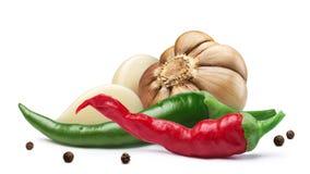 Alho, pimenta de Caiena, grãos de pimenta, trajetos Imagens de Stock