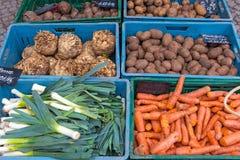 Alho-porro, cenouras e batatas em um mercado Imagens de Stock